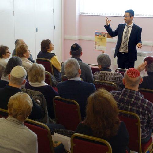 Rabbi Daniel Sturgess talking to the congregation (1)